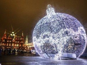 Светящийся шар на Манежной площади